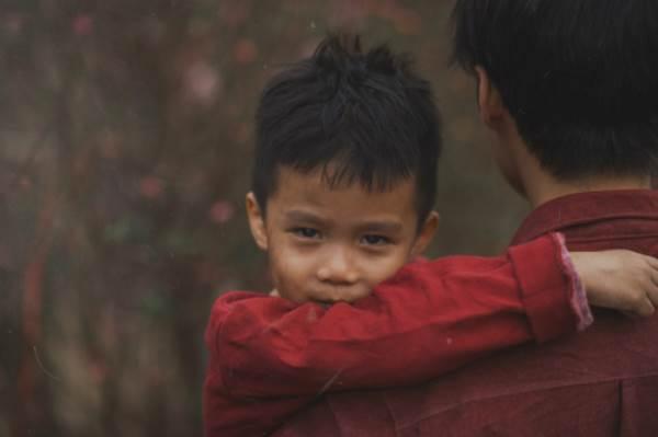 Bộ ảnh gây xúc động về tình cha con với cái Tết của người nghèo - Ảnh 2