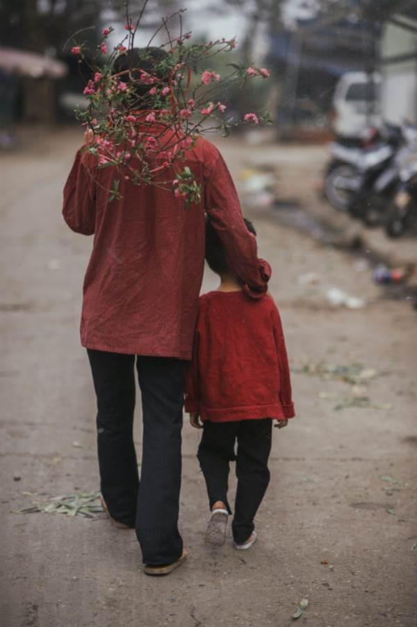 Bộ ảnh gây xúc động về tình cha con với cái Tết của người nghèo - Ảnh 4
