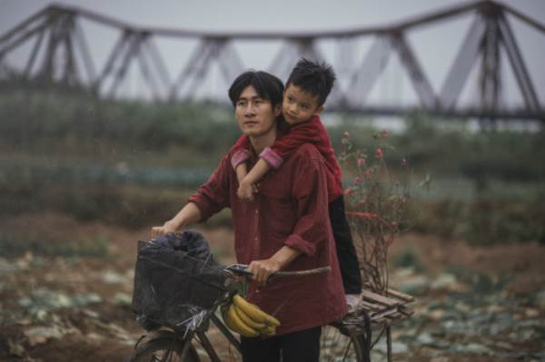 Bộ ảnh gây xúc động về tình cha con với cái Tết của người nghèo - Ảnh 6