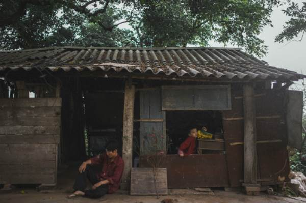 Bộ ảnh gây xúc động về tình cha con với cái Tết của người nghèo - Ảnh 9