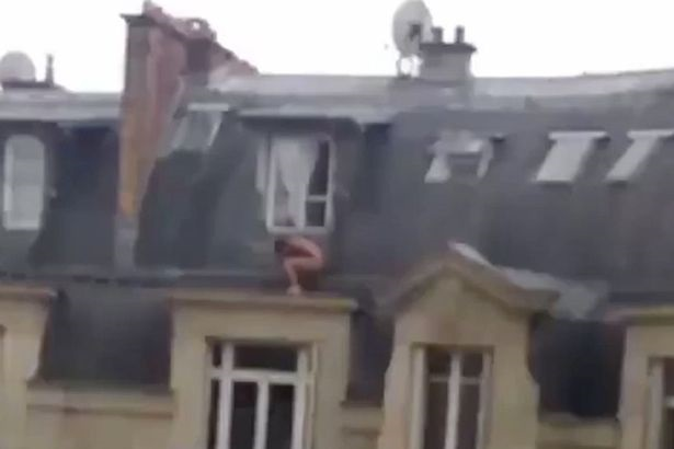 Clip: Người đàn ông khỏa thân trốn bên bờ tường khiến cư dân mạng xôn xao - Ảnh 1