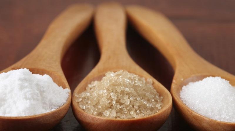 Tự chế kem tẩy tế bào chết cho môi từ muối trắng