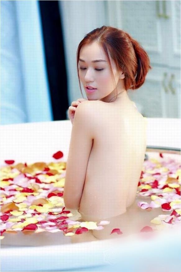 Mỹ nhân Việt khoe thân hình nóng 'bỏng mắt' khi đóng những cảnh tắm trong phim - Ảnh 3