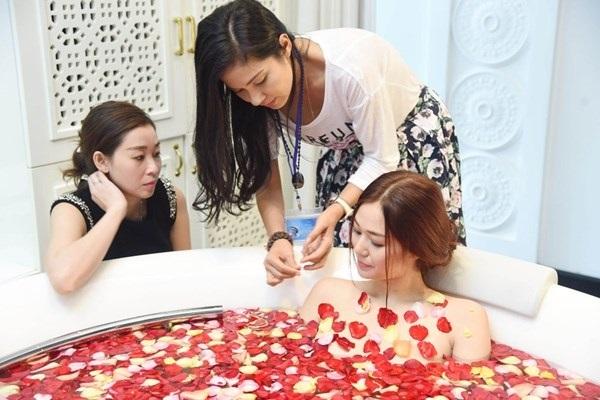 Mỹ nhân Việt khoe thân hình nóng 'bỏng mắt' khi đóng những cảnh tắm trong phim - Ảnh 4