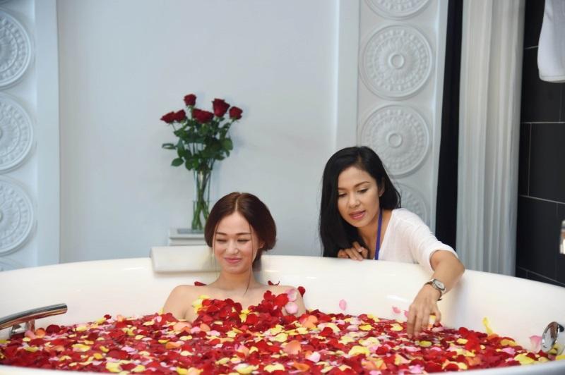 Mỹ nhân Việt khoe thân hình nóng 'bỏng mắt' khi đóng những cảnh tắm trong phim - Ảnh 5