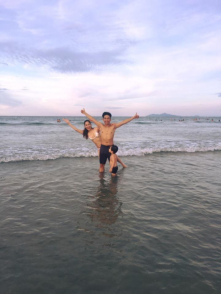 Bà mẹ 1 con Khánh Thi diện bikini khoe 3 vòng gợi cảm bên chồng trẻ Phan Hiển - Ảnh 3