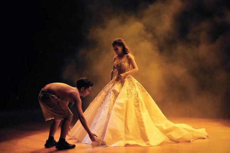 Phan Hiển lưng trần, chỉnh váy cho Khánh Thi khiến fan xúc động - Ảnh 1