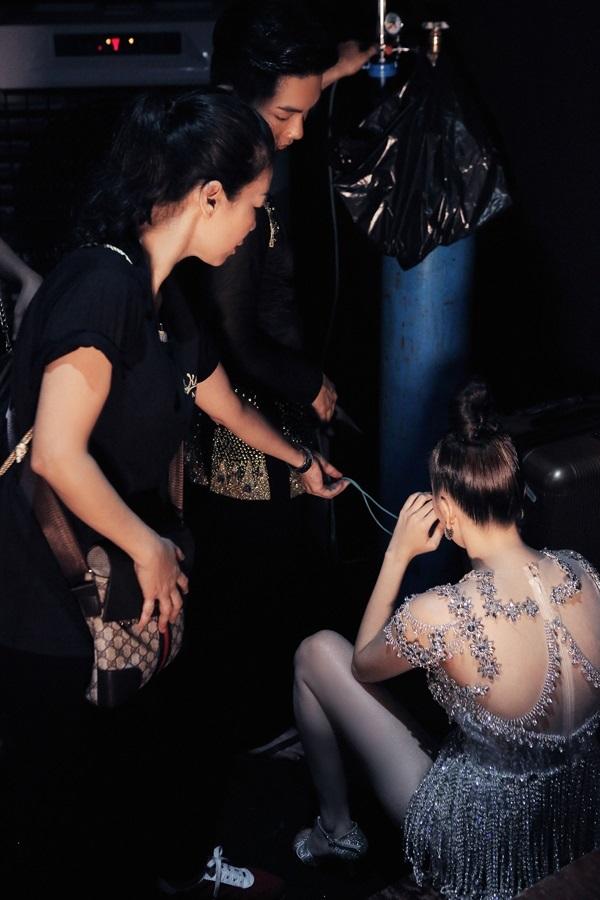 Phan Hiển lưng trần, chỉnh váy cho Khánh Thi khiến fan xúc động - Ảnh 2