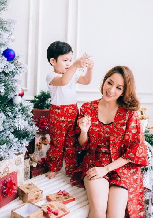 Xuýt xoa bộ ảnh Khánh Thi - Phan Hiển ấm áp, ngọt ngào bên con trai đón Giáng sinh sớm - Ảnh 2