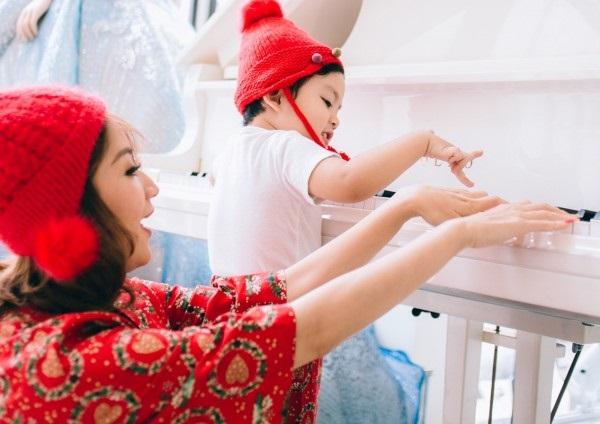 Xuýt xoa bộ ảnh Khánh Thi - Phan Hiển ấm áp, ngọt ngào bên con trai đón Giáng sinh sớm - Ảnh 3