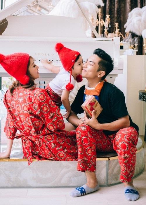 Xuýt xoa bộ ảnh Khánh Thi - Phan Hiển ấm áp, ngọt ngào bên con trai đón Giáng sinh sớm - Ảnh 1