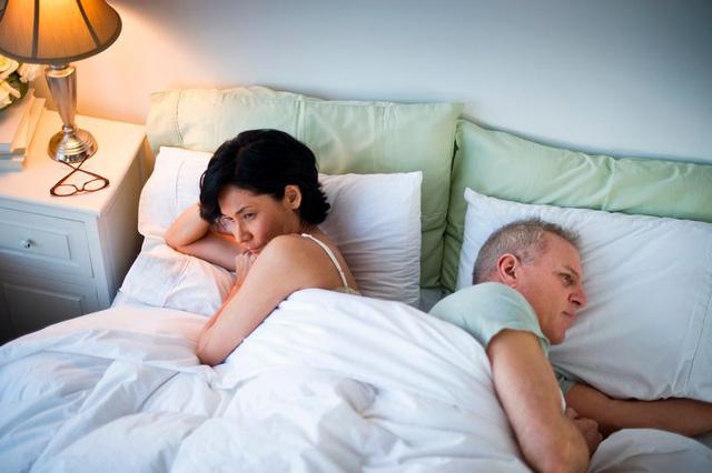 Gối chăn nguội lạnh vì thói quen cấm vận chồng - Ảnh 1