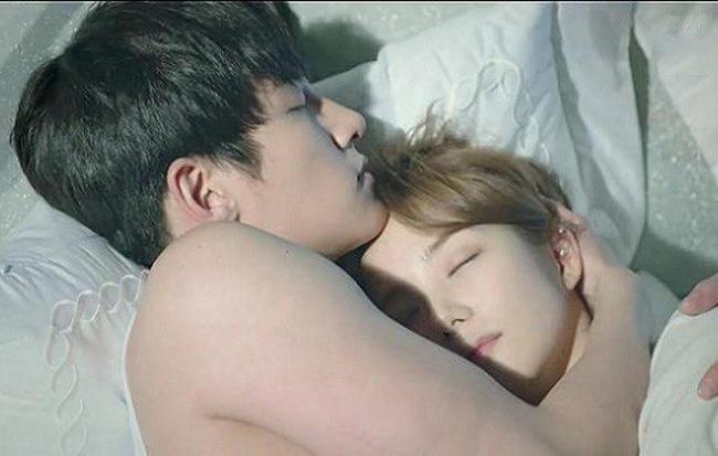 Tiết lộ nguyên nhân bất ngờ khiến 2 vợ chồng cứ ôm nhau ngủ im thin thít mỗi khi trời mưa - Ảnh 1