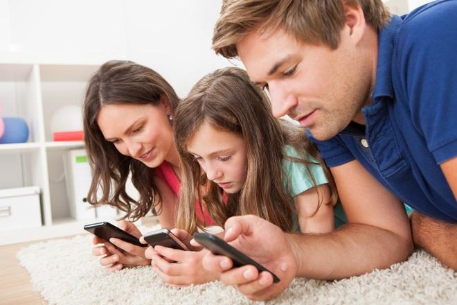 Khoa học chứng minh: Bố mẹ ít dùng điện thoại, nói chuyện nhiều với con sẽ giúp trẻ học ngôn ngữ nhanh hơn - Ảnh 1