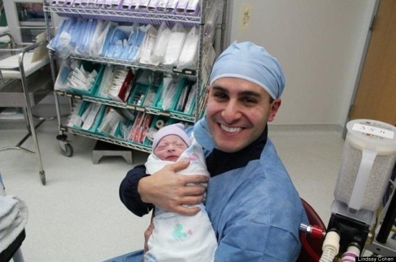 Khoảnh khắc chào đón đứa con ra đời: Khi phái mạnh... 'yếu' !