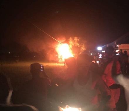 Khởi tố 3 đối tượng đốt xe giám đốc vì nghi bắt cóc trẻ em - Ảnh 1