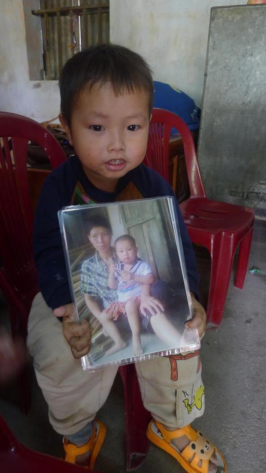 Mẹ mất, bé trai 2 tuổi không cha ngày đêm ôm chặt ảnh mẹ sống cùng ông bà ngoại trong cảnh đói nghèo - Ảnh 1