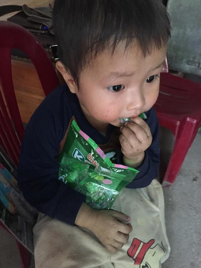 Mẹ mất, bé trai 2 tuổi không cha ngày đêm ôm chặt ảnh mẹ sống cùng ông bà ngoại trong cảnh đói nghèo - Ảnh 2