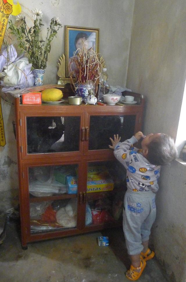Mẹ mất, bé trai 2 tuổi không cha ngày đêm ôm chặt ảnh mẹ sống cùng ông bà ngoại trong cảnh đói nghèo - Ảnh 4