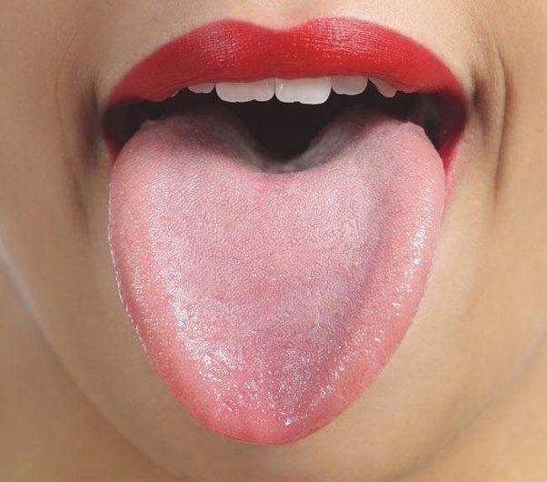 Làm sạch lưỡi loại bỏ vi khuẩn gây mùi, khử mùi thuốc lá trong hơi thở đơn giản