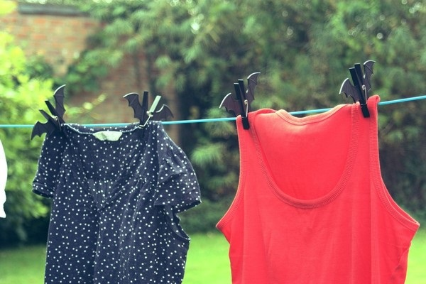 Phơi quần áo dưới nắng là cách giúp khử mùi thuốc lá trên quần áo đơn giản