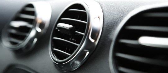 Bật điều hòa giúp lọc không khí, khử mùi thuốc lá trong ô tô tốt hơn
