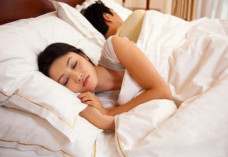 """Cảnh báo: Đây chính là 5 kiểu ngủ """"tố cáo"""" chồng đã hết yêu vợ, báo trước khả năng ly dị - Ảnh 1"""