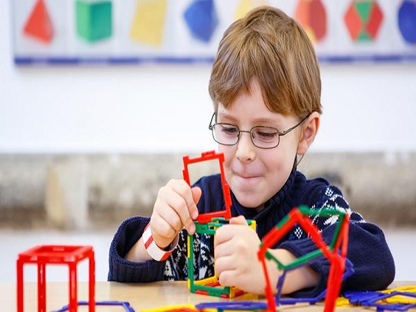 Các đồ chơi hình khối giúp trẻ phát triển hiểu biết về hình học không gian. Ảnh minh họa: Internet