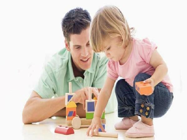 Phụ huynh nên dạy trẻ mẫu giáo tiếp xúc với Toán thông qua các hoạt động vui chơi. Ảnh: Pinterest