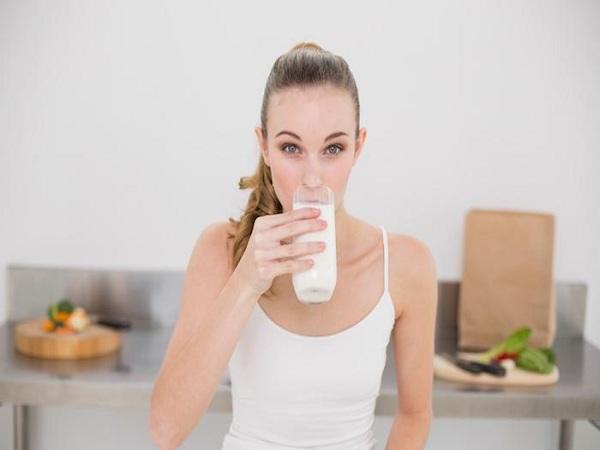 Sữa là người bạn đồng hành cùng mẹ bầu trong suốt quá trình mang thai và cho con bú giúp bổ sung canxi cho răng và xương của mẹ và bé cùng chắc khỏe. (Ảnh minh họa)