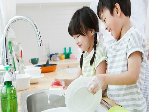 Hãy cho trẻ làm việc nhà càng sớm càng tốt - Ảnh: Good Housekeeping.