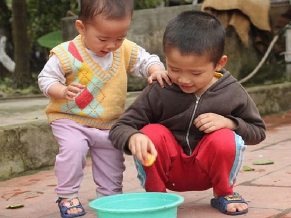 Những trò chơi đơn giản giúp trẻ phát huy khả năng sáng tạo tốt hơn. Ảnh: MT.