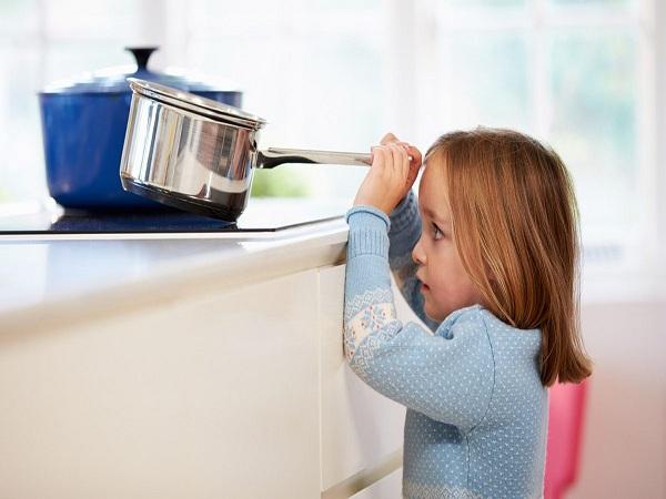 Để tránh tai nạn bỏng cho con, cha mẹ cần làm gì? - Ảnh 1