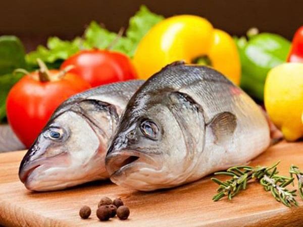 Mẹ kiêng cá sau sinh là thiệt thòi lớn cho cả mẹ và bé. (Ảnh minh họa)