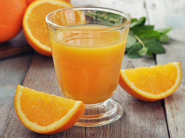 Nước trái cây họ cam giúp tăng sức đề kháng cho mẹ nên sau sinh hoàn toàn có thể sử dụng. (Ảnh minh họa)