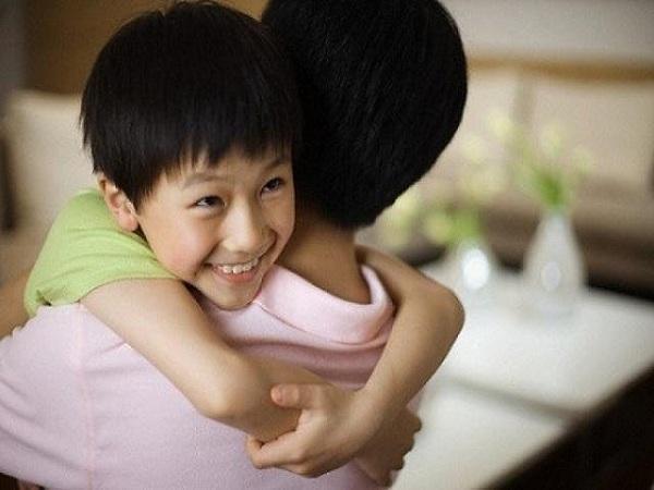 Hãy dành 3 phút ôm, hôn con mỗi ngày. Ảnh minh họa: Internet