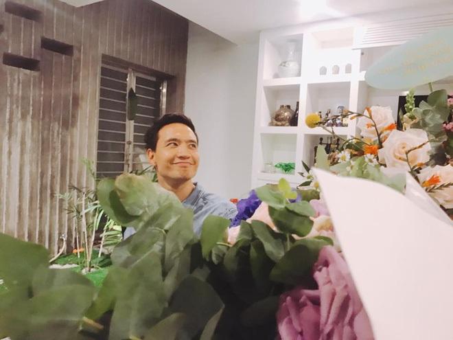 Kim Lý vui vẻ tham dự tiệc sinh nhật mẹ Hồ Ngọc Hà