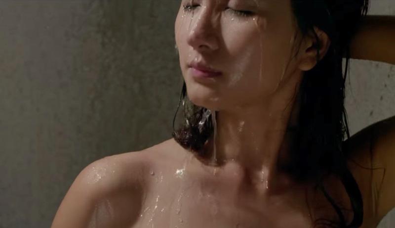 Mỹ nhân Việt khoe thân hình nóng 'bỏng mắt' khi đóng những cảnh tắm trong phim - Ảnh 9