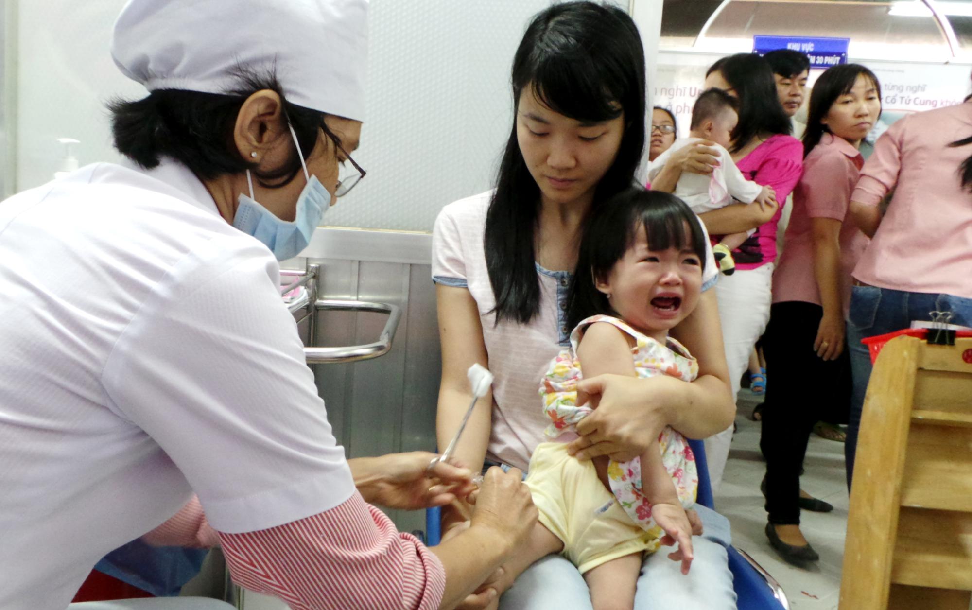 Bác sĩ Nhi khoa chia sẻ cách giảm đau hiệu quả sau khi tiêm phòng cho trẻ - Ảnh 1