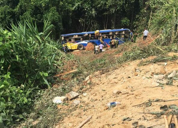 Xe khách lao xuống vực, ít nhất 7 người chết, 30 người bị thương - Ảnh 1