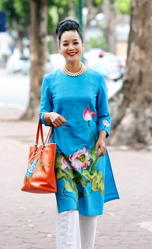 Áo dài cách tân cho phụ nữ đứng tuổi chất liệu vải mềm, tạo dáng mềm mại, thoải mái