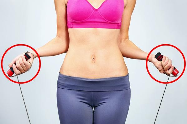 10 động tác giúp triệt tiêu mỡ thừa vùng lưng và hai bên nách - Ảnh 1