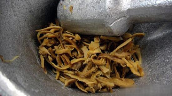 Giã nấm bằng chày sẽ cho ruốc nấm thơm và ngon hơn
