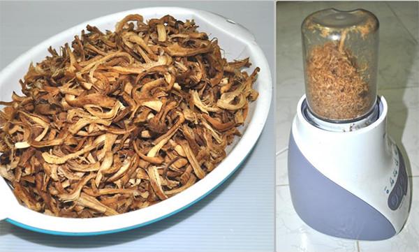 Dùng máy xay sinh tố sẽ giúp làm nhỏ nấm hương nhanh hơn
