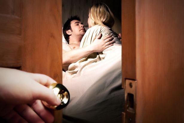 Chồng đi làm về lúc nửa đêm thì phát hiện vợ đưa trai lạ đến nhà, phản ứng của anh khiến cả vợ và gã nhân tình xấu hổ không biết giấu mặt đi đâu - Ảnh 1