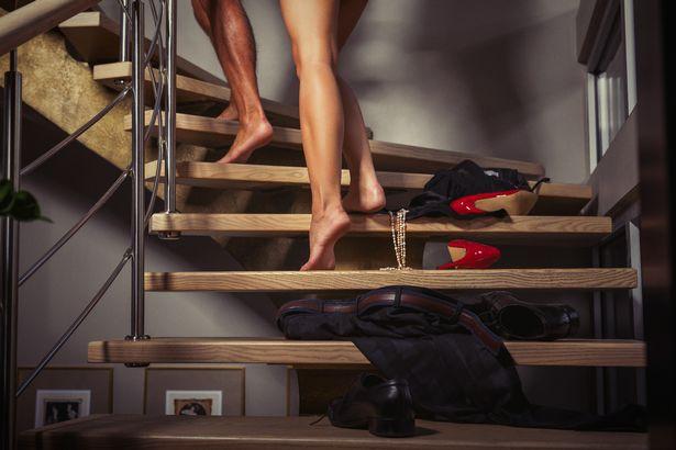 Chồng đi làm về lúc nửa đêm thì phát hiện vợ đưa trai lạ đến nhà, phản ứng của anh khiến cả vợ và gã nhân tình xấu hổ không biết giấu mặt đi đâu - Ảnh 2