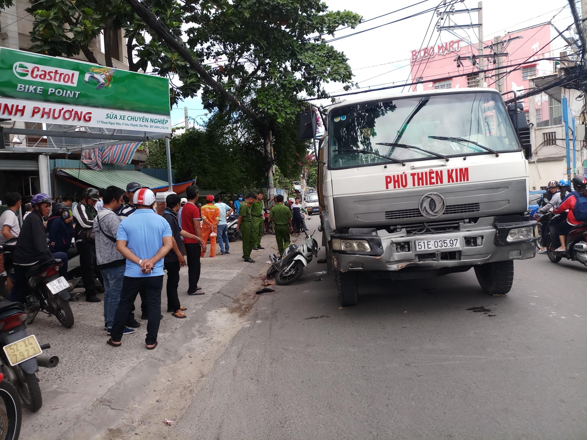 Xe máy va chạm với xe chở vật liệu xây dựng, một người nguy kịch - Ảnh 1