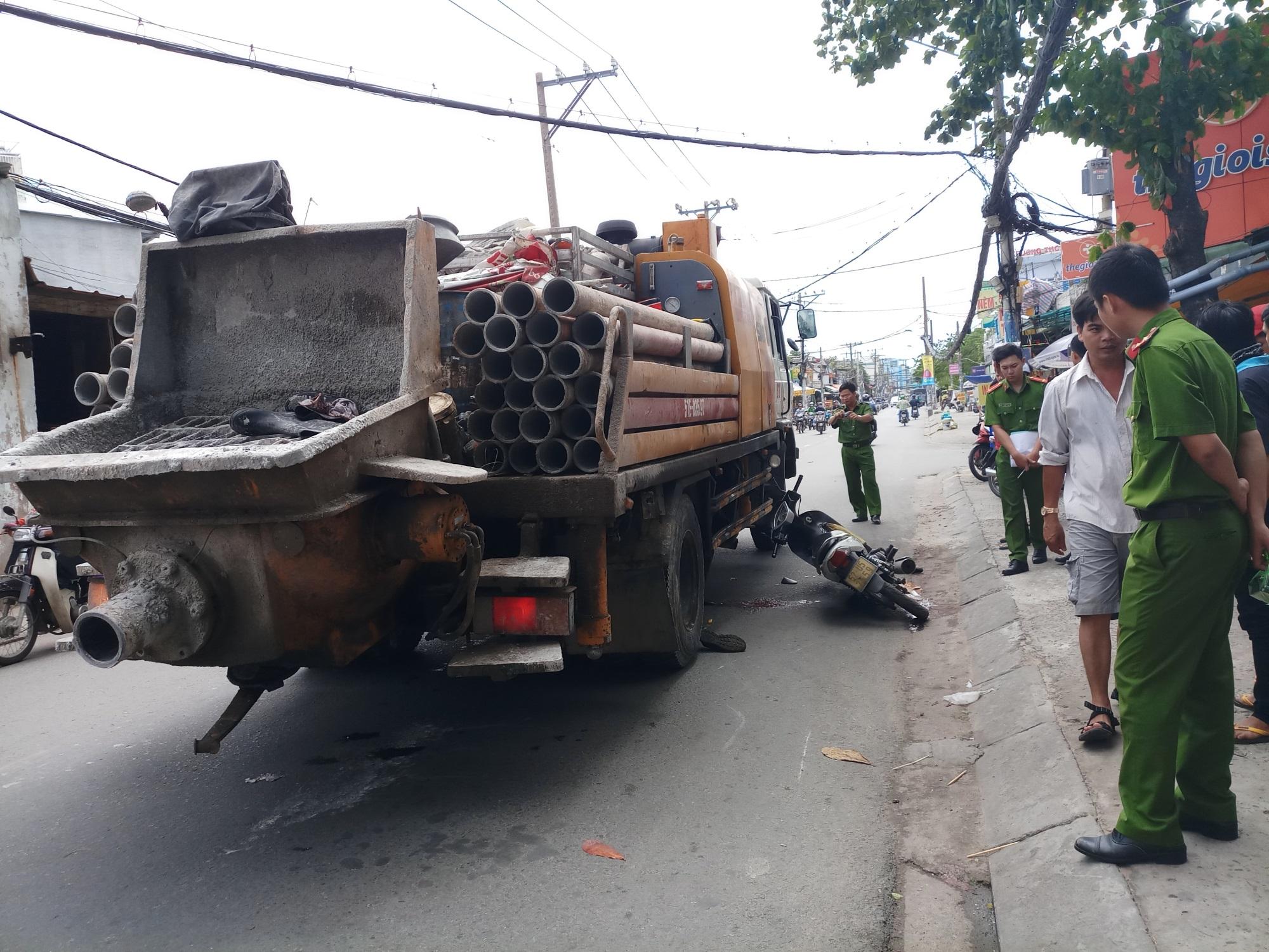 Xe máy va chạm với xe chở vật liệu xây dựng, một người nguy kịch - Ảnh 2
