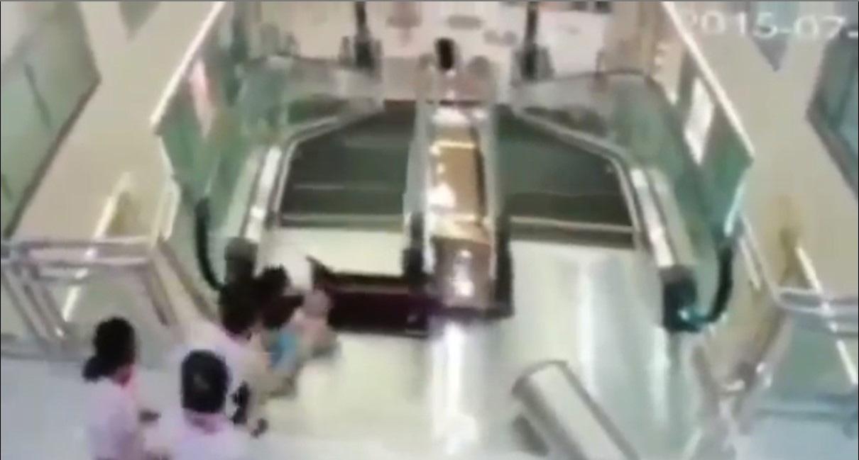 Sốc: Clip mẹ chết khi cố cứu con trai bị thang cuốn 'nuốt chửng' - Ảnh 2