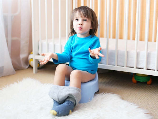 Khi trẻ đi ngoài nhiều lần bố mẹ nên cho bé uống nước nhiều để bù nước